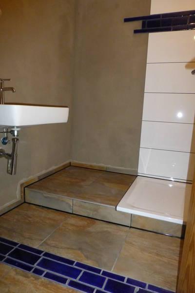 Fliesengestaltung und Kalkputz in einem Badezimmer